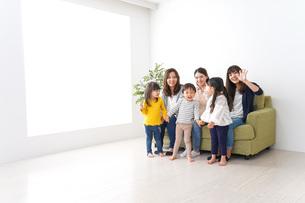 お母さんと子供たちの写真素材 [FYI04710753]