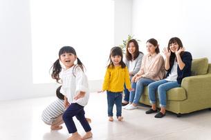 お母さんと子どもたち・仲良しの写真素材 [FYI04710759]