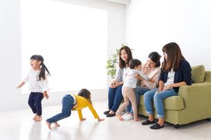 お母さんと子どもたち・仲良しの写真素材 [FYI04710776]