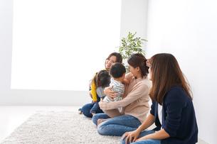 お母さんと子どもたち・仲良しの写真素材 [FYI04710782]
