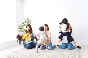 お母さんと子どもたち・仲良しの写真素材 [FYI04710788]