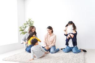 お母さんと子どもたち・仲良しの写真素材 [FYI04710796]