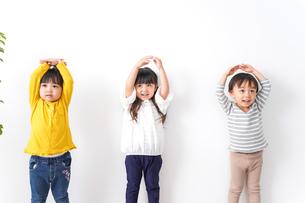 笑顔で遊ぶ子どもの写真素材 [FYI04710814]