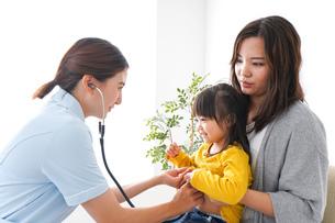 子供の健診の写真素材 [FYI04710823]