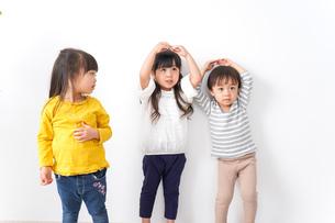 笑顔で遊ぶ子どもの写真素材 [FYI04710831]