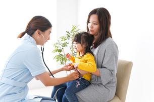 子供の健診の写真素材 [FYI04710833]