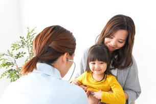 病院で診察を受ける子どもの写真素材 [FYI04710836]