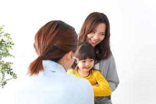 子供の健診の写真素材 [FYI04710838]