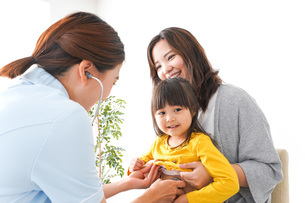 病院で診察を受ける子どもの写真素材 [FYI04710840]