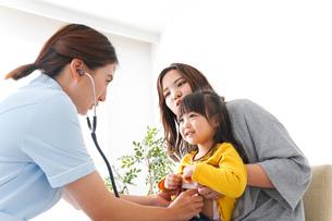 子供の健診の写真素材 [FYI04710843]