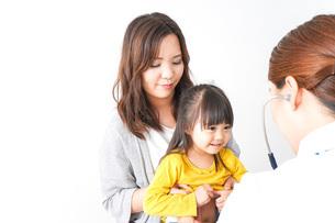 病院で診察を受ける子どもの写真素材 [FYI04710844]