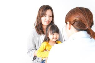 病院で診察を受ける子どもの写真素材 [FYI04710845]