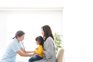 病院で診察を受ける子どもの写真素材 [FYI04710850]