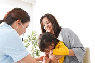 病院で診察を受ける子どもの写真素材 [FYI04710852]