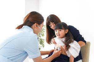 予防接種を受ける子どもの写真素材 [FYI04710854]