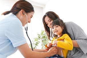 病院で診察を受ける子どもの写真素材 [FYI04710857]