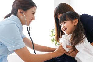 予防接種を受ける子どもの写真素材 [FYI04710867]