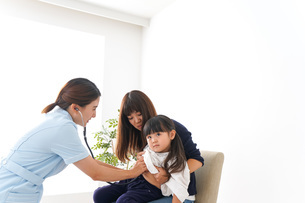 予防接種を受ける子どもの写真素材 [FYI04710876]