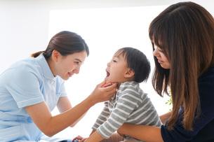 歯医者さんと子どもの写真素材 [FYI04710888]