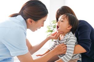 歯医者さんと子どもの写真素材 [FYI04710889]