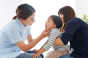 歯医者さんと子どもの写真素材 [FYI04710890]
