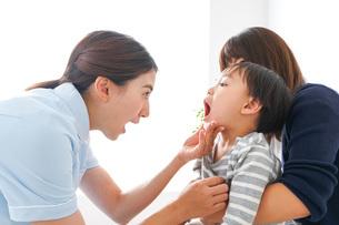 歯医者さんと子どもの写真素材 [FYI04710891]