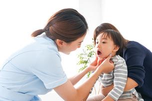 歯医者さんと子どもの写真素材 [FYI04710893]