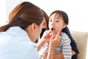 歯医者さんと子どもの写真素材 [FYI04710894]