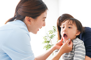 歯医者さんと子どもの写真素材 [FYI04710897]