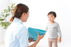 看護師と男の子の写真素材 [FYI04710912]