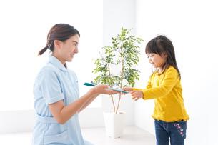 病院で診察を受ける子どもの写真素材 [FYI04710914]