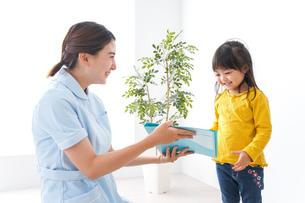 病院で診察を受ける子どもの写真素材 [FYI04710915]