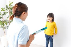 子供の健診の写真素材 [FYI04710917]