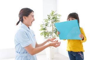 病院で診察を受ける子どもの写真素材 [FYI04710920]