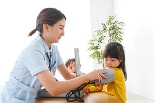 看護師と子どもたちの写真素材 [FYI04710923]