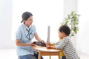 看護師と子どもたちの写真素材 [FYI04710925]