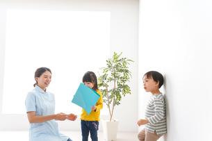 看護師と子どもたちの写真素材 [FYI04710927]