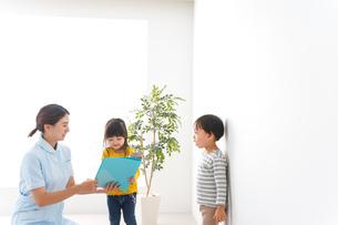 看護師と子どもたちの写真素材 [FYI04710928]