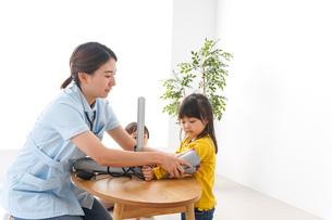 看護師と子どもたちの写真素材 [FYI04710929]
