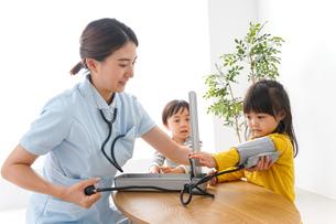 看護師と子どもたちの写真素材 [FYI04710930]