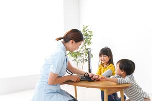 看護師と子どもたちの写真素材 [FYI04710934]