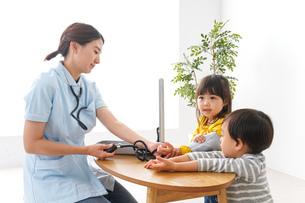 看護師と子どもたちの写真素材 [FYI04710935]