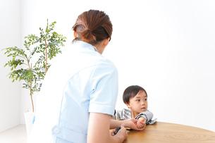 看護師と男の子の写真素材 [FYI04710940]