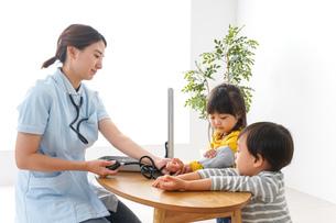 看護師と子どもたちの写真素材 [FYI04710943]