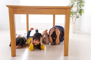 地震で避難する子どもたちの写真素材 [FYI04710948]