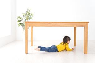 机の下に避難する子どもの写真素材 [FYI04710953]