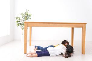 地震で避難する子どもたちの写真素材 [FYI04710954]