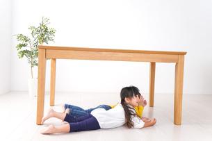 地震で避難する子どもたちの写真素材 [FYI04710959]