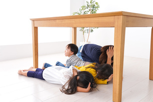 地震で避難する子どもたちの写真素材 [FYI04710960]
