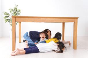 地震で避難する子どもたちの写真素材 [FYI04710962]